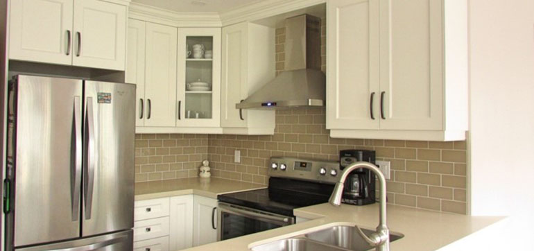 Contemporary Style Kitchen with Butter Quartz Countertop